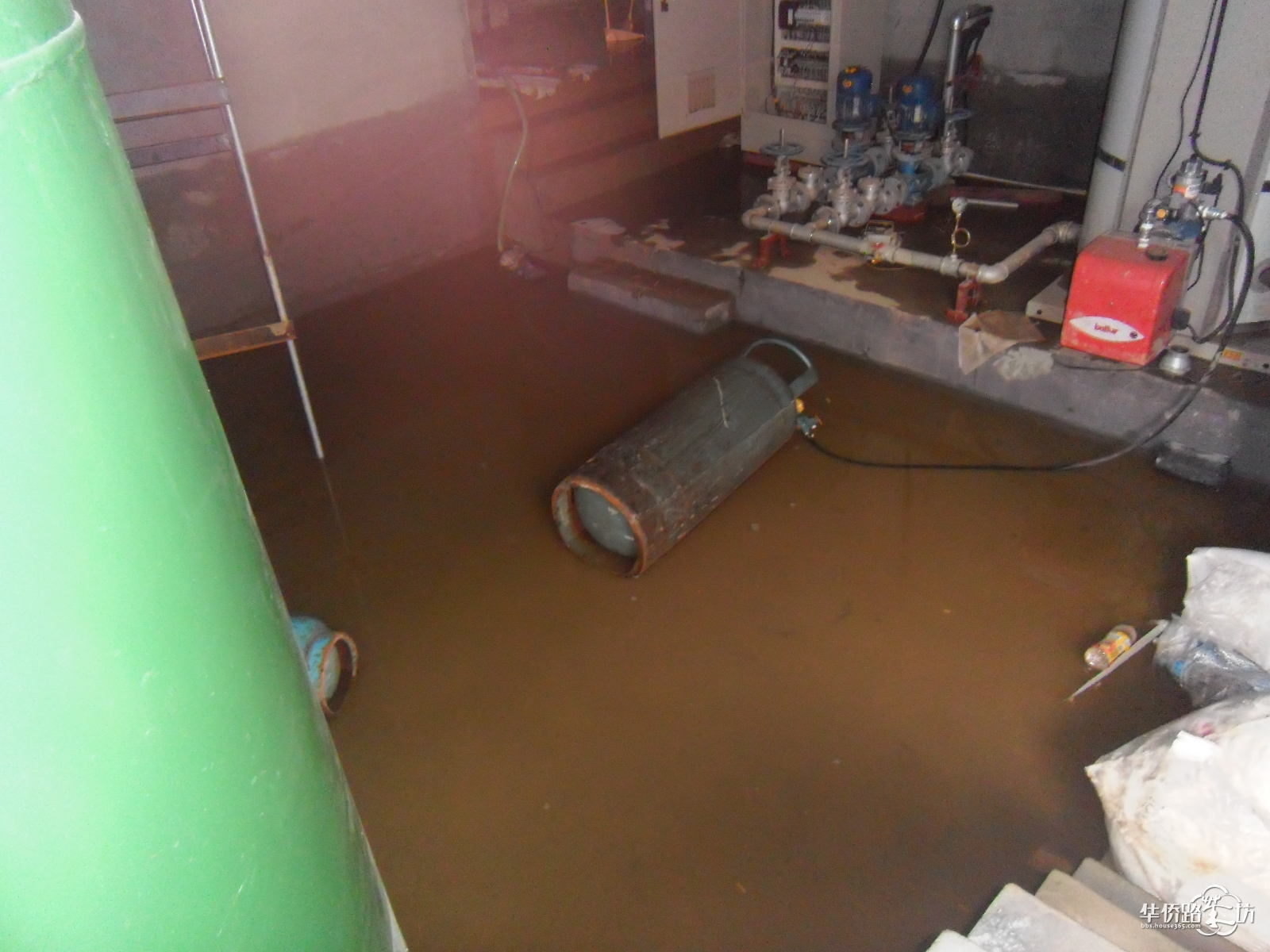 温泉泵房被水淹了,正在抢修中!