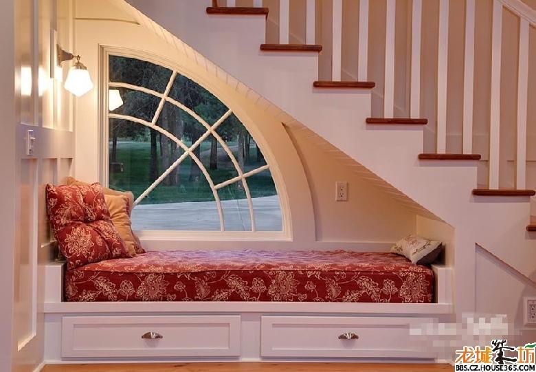 阁楼客厅斜角装修:楼梯下面空间的完美利用