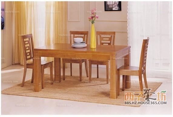 的四人实木餐桌,主材质为实木