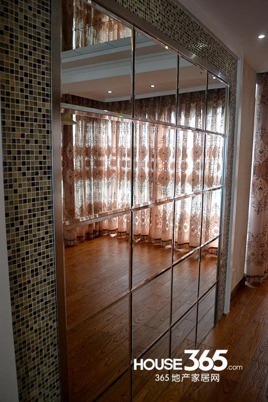 餐厅玻璃墙的设计拉伸空间的同时也使整体更大气