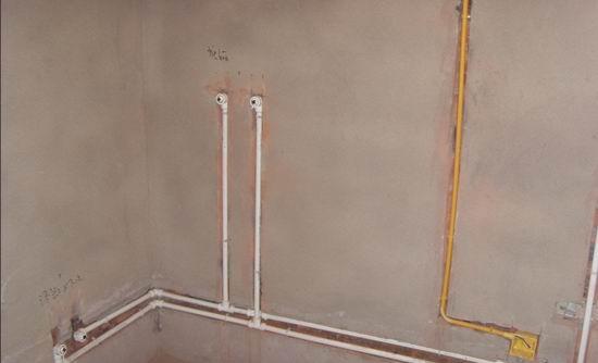 (2)、冷、热水上水管口应该高出墙面两厘米,铺墙砖时还应该要求瓦工铺完墙砖后,保证墙砖与水管管口同一水平。尺寸不合适的话,以后安装电热水器、分水龙头等,很可能需要另外购买管箍,内丝等连接件才能完成安装;   (3)、冷、热水上水管口垂直墙面,以后贴墙砖也应该注意别让瓦工弄歪了(不垂直的话,以后的安装可就费劲了);   (4)、保证间距15厘米(现在大部分电热水器、分水龙头冷热水上水间距都是15厘米,也有个别的是10厘米);   水电改造注意事项13、卫生间地面一定别忘了做防水,特别是地面开槽的。淋浴