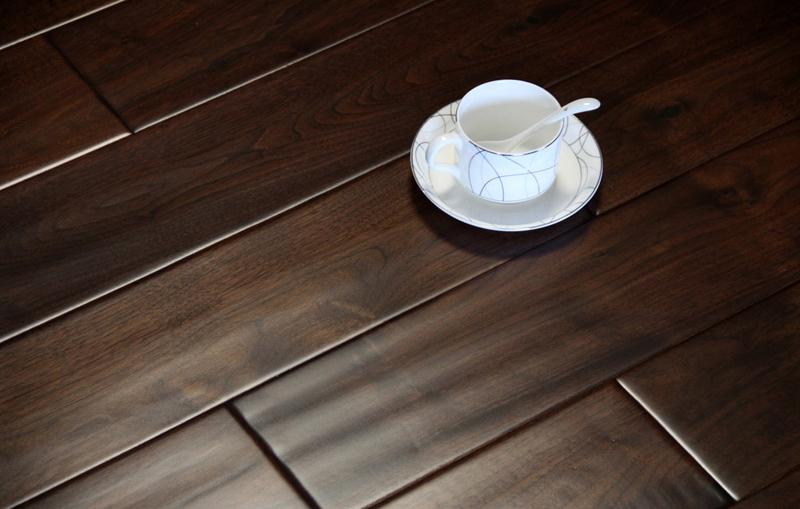 实木地板是天然木材经烘干、加工后形成的地面装饰材料。它呈现出的天然原木纹理和色彩图案,给人以自然、柔和、富有亲和力的质感,同时由于它冬暖夏凉、触感好的特性使其成为卧室、客厅、书房等地面装修的理想材料。 进行实木地板保养需要注意以下八大要点: 1、在地板刚铺设完毕后,要经常保持室内空气的流通。 2、超重物品应平稳搁放,家具和重物均不能硬行推拉拖曳,以免划伤耐磨层表面。 3、不能用利器刮、划地板表面。 4、使用中千万不能用水浸泡地板,若有意外,应及时用干拖布拖干地板。 5、保持地板干燥清洁、地板表面如有污物,