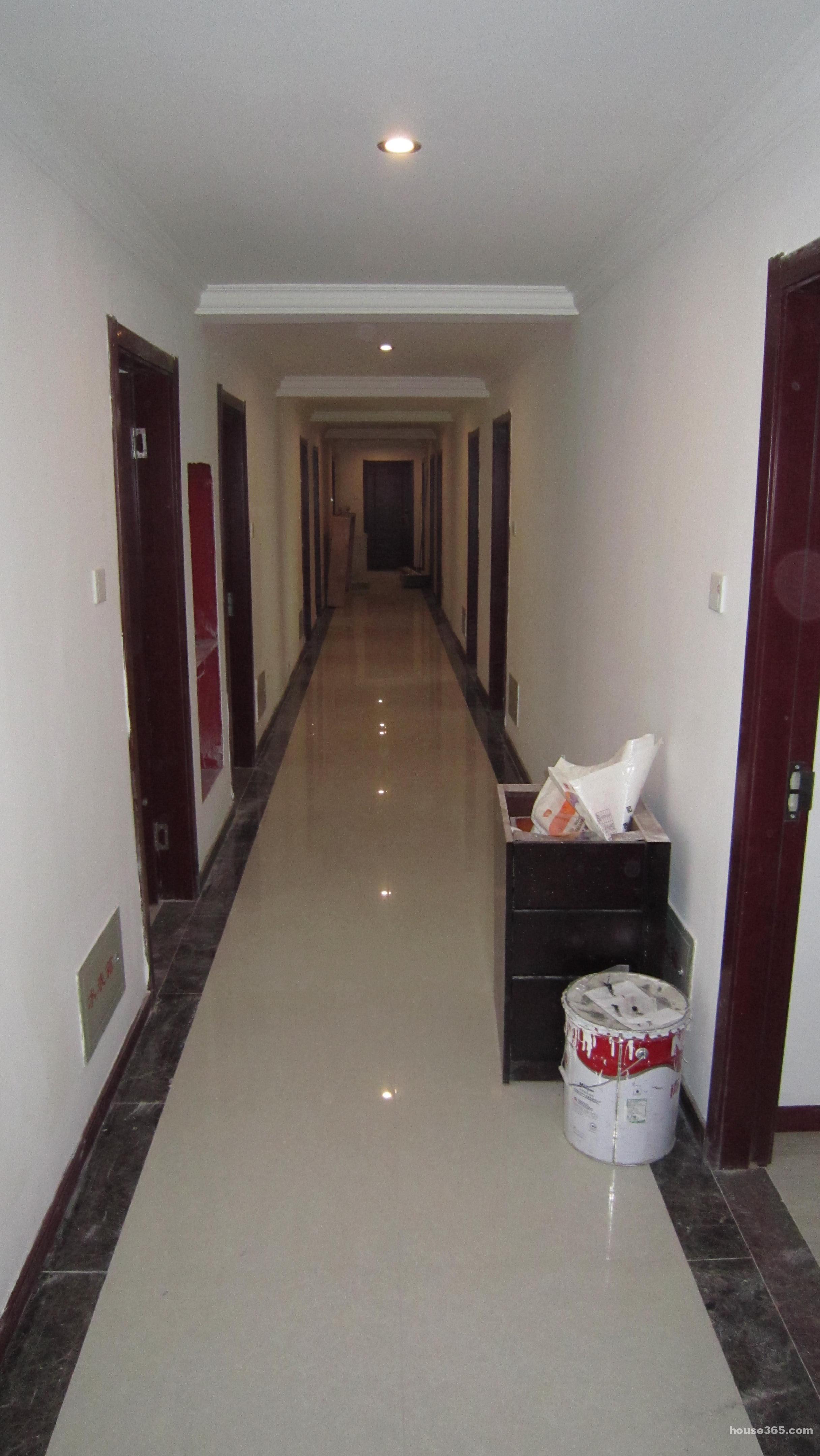 朗诗假日酒店,全新酒店式公寓,全新精装修,所有家具都是全新的,拎包即可入住,非常适合高素质的白领人士居住。公寓客房房门采用门禁系统,24小时值班,有电梯,安全,卫生。 公寓距离平江路步行街只有50米,距离观前街只有800米,步行几分钟即可达。门口即是公交站台:狮子林站,有301、305路公交车,可直达观前街、石路、新区、动物园等地,门口还有苏州公共自行车,骑车几分钟即可到地铁一号线临顿路站; 近平江路步行街、狮子林、拙政园、观前街,周边有大量超市,饭店,居住生活非常方便; 公寓数量有限,先到先得,半年起租