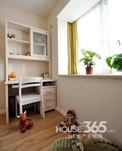 简约风格装修图片:次卧小书桌及窗台上的绿植