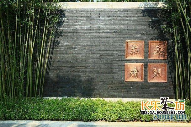 木格栅+华丽的花纹+锻铜工艺形成园林中最靓丽的景墙
