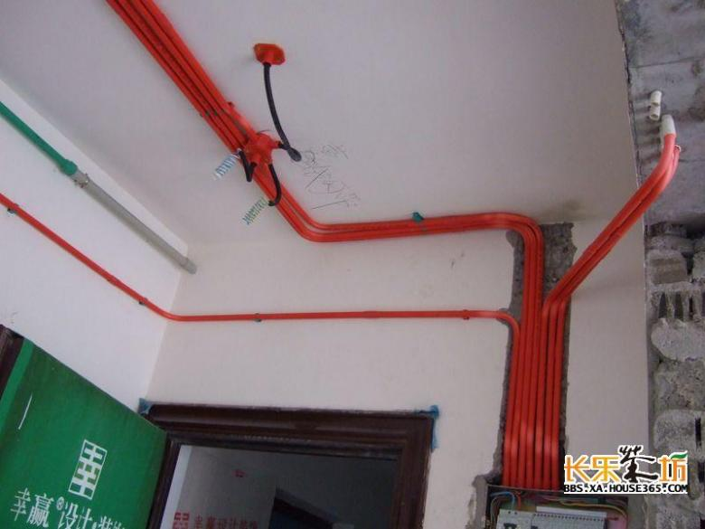 配电箱内应设漏电保护装置,漏电电流应不大于30ma,有过负荷,过电压