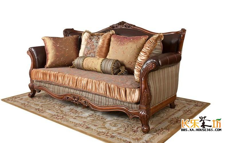 """欧式沙发,顾名思义是欧洲款式的沙发,以英国STVILLA塞特维那,意大利SILK丝丽等进口品牌为代表。欧式沙发是沙发的鼻祖,来源于十七世纪的法国。当时由于沙龙salon(在法语中一般意为较大的客厅,另外特指上层人物住宅中的豪华会客厅,之后逐渐指一种在欣赏美术结晶的同时,谈论艺术、玩纸牌和聊天的场合)的出现,一种叫做canape""""和""""divan""""的椅子,也就是现代沙发的前身出现了。当时的沙发主要用马鬃、禽羽、植物绒毛等天然的弹性材料作为填充物,外面用天鹅绒、刺绣品等织物蒙面,以形成一种柔软的人体接触表"""